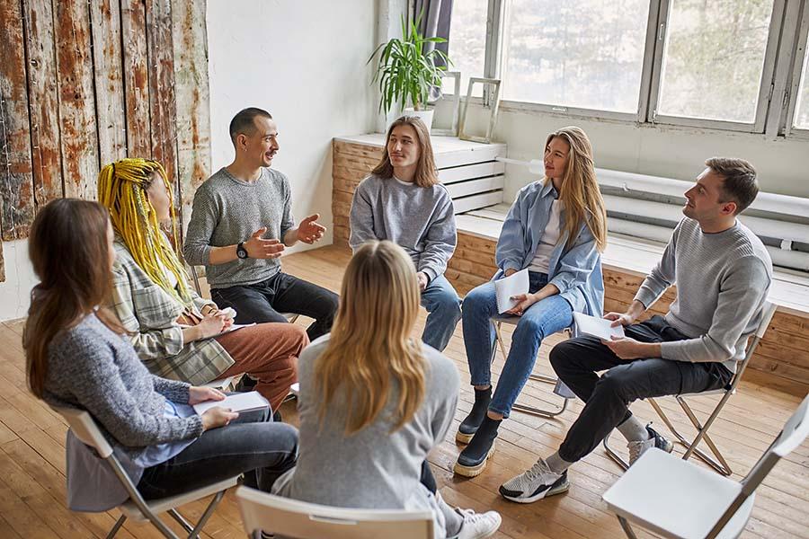 Groupe d'entrepreneurs en train d'échanger sur leurs problématiques